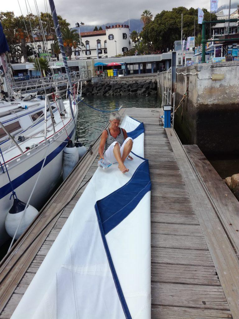 Der vaskes og skiftes sejl i Funchal, Madeira