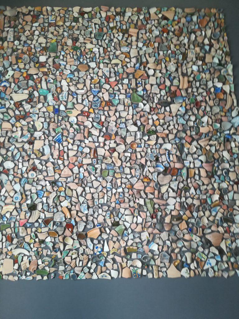 Mosaik lavet af skår fundet på stedet