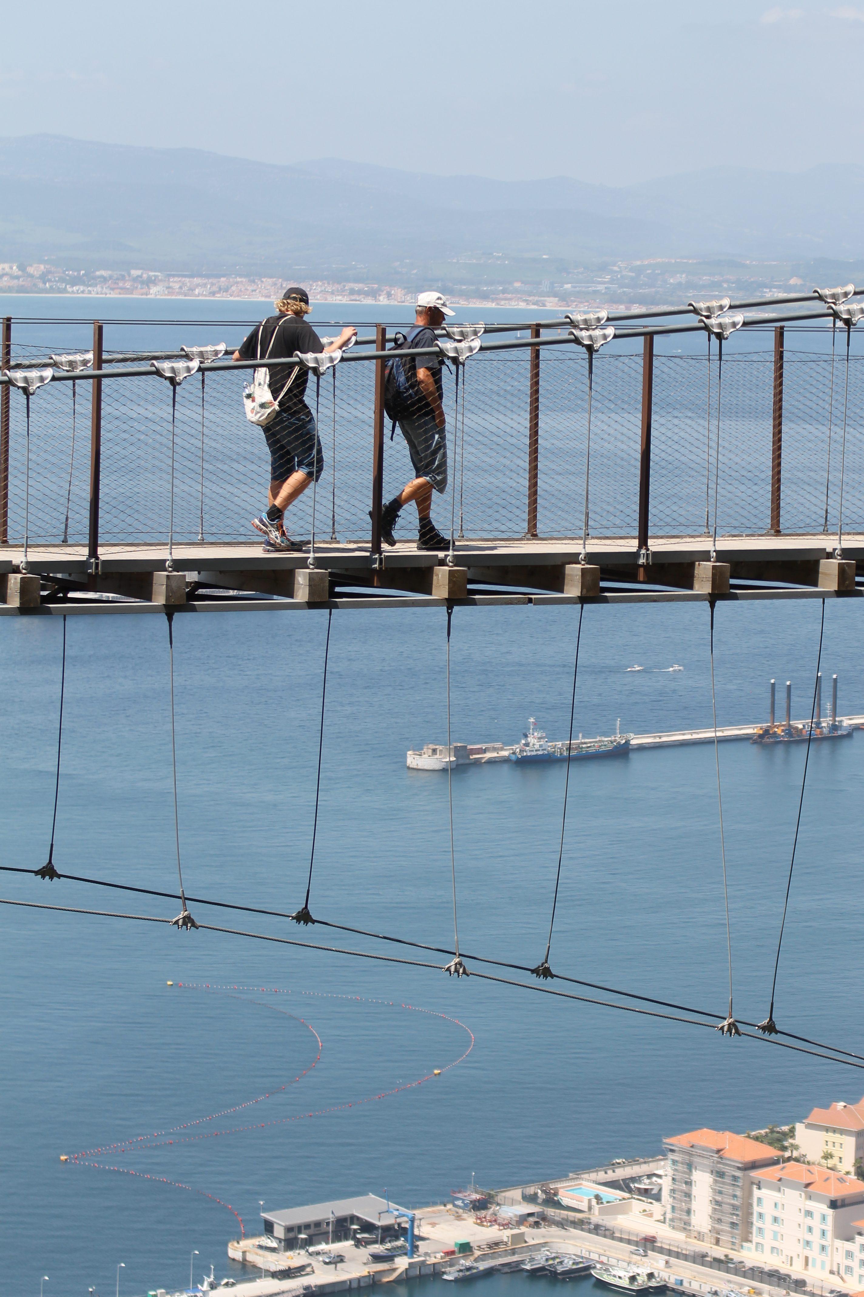 Modige mennesker på broen