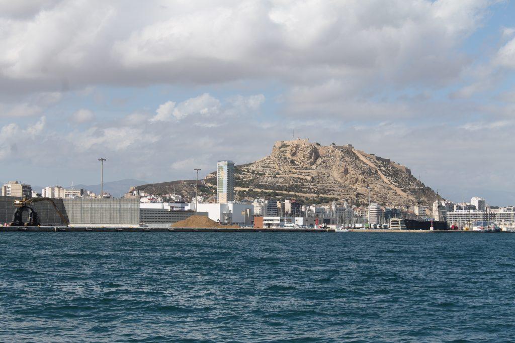 Alicante Marina med Castillo de Santa Barbera i baggrunden